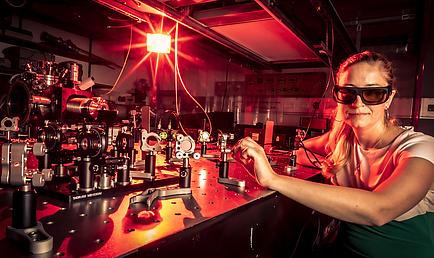 Frau mit dunkler Laser-Schutzbrille