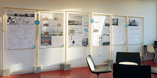 Poster der Preisträger in Holzrahmen an der Wand