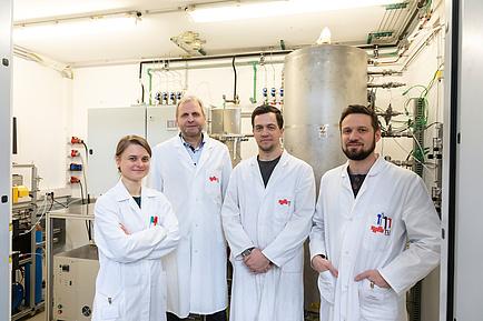 Vier Wasserstoff-Forschende der TU Graz in Laborkitteln