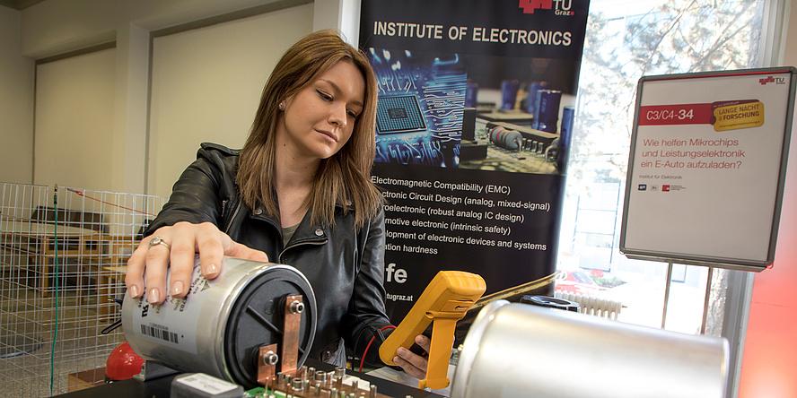 Junge Dame in Elektrotechnik Labor