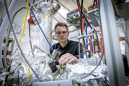 Forscher vor Femtosekunden-Laser