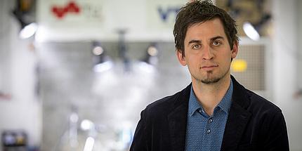 Der junge Forscher Christian Ellersdorfer in der Versuchshalle am Institut für Fahrzeugsicherheit der TU Graz