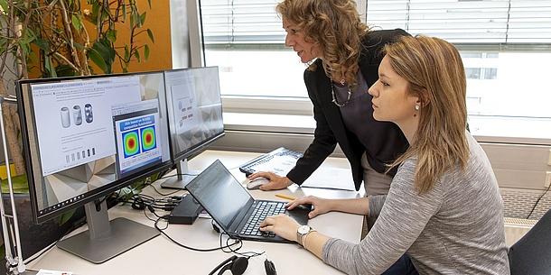 Zwei Frauen vor einem Computer.