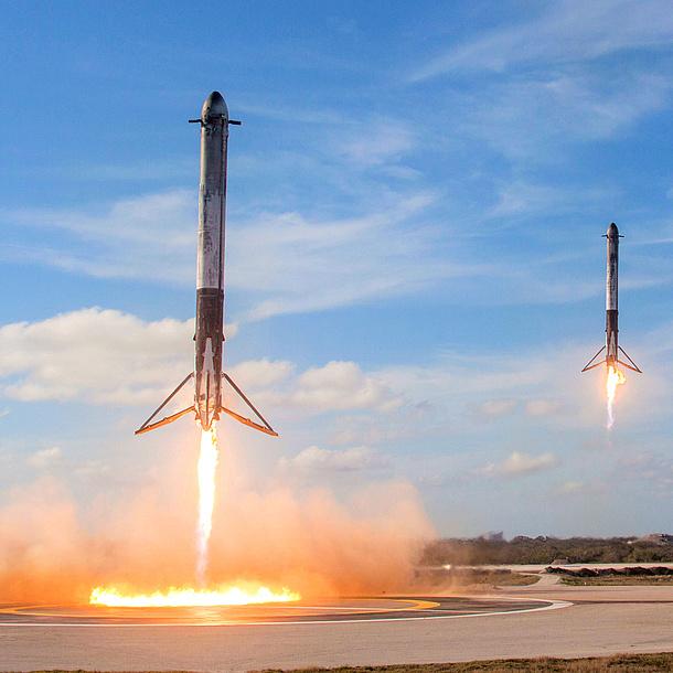 Zwei Raketen starten