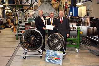 Mr. Kumpf (MTU), Rector Sünkel (TU Graz), and Prof. Heitmeir presenting components of the EJ 200 engine (Eurofighter) which were given to TU Graz by MTU.