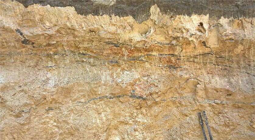 sandsteinfarbenes Stück Felsgrund