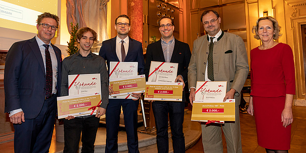 Vice Rector Detlef Heck and Ursula Strohmayer (Arbeiterkammer Steiermark) with prizewinners Daniel Gruss, Patrick Wurm, Carlo Alberto Boano and Gernot Pottlacher in the Great Hall of TU Graz, the prizewinners show their award certificates.
