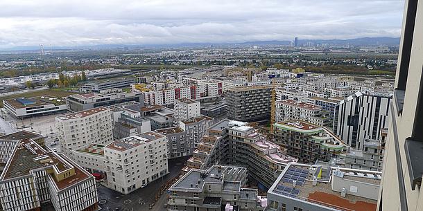Gebäude einer Stadt von oben.