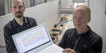 Zwei Forscher mit Laptop in der Hand