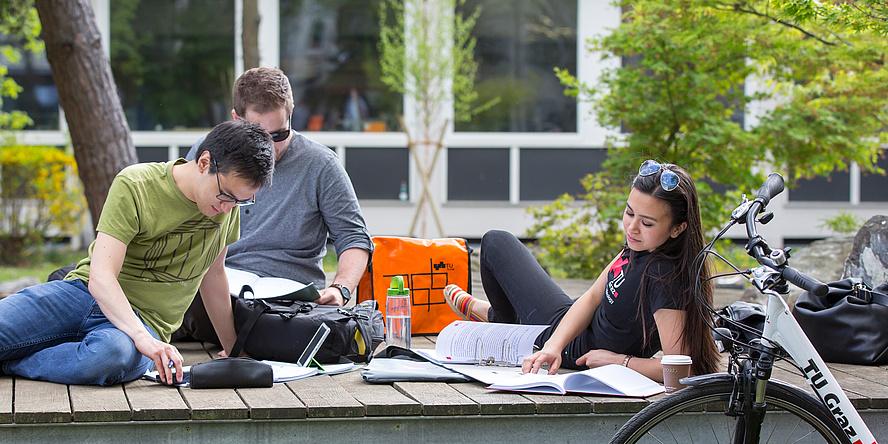 Drei Studierende auf einer Lerninsel am Campus Neue Technik