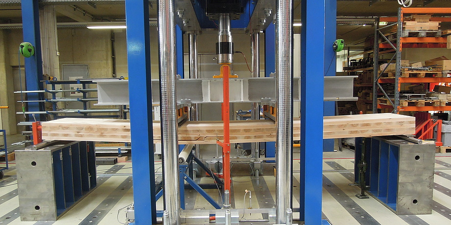 Bending test on a cross laminated timber plate produced from the wood species birch.