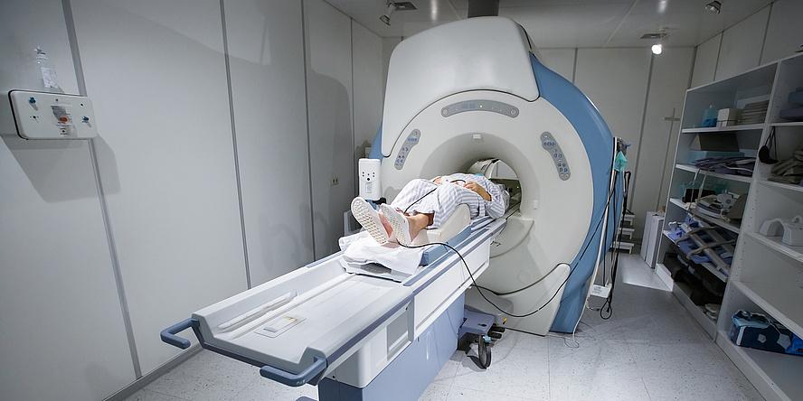 Ein MRT-Gerät in dem gerade ein Patient untersucht wird.