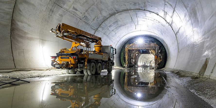 Tunnelbaufahrzeug im Inneren einer Tunnelbaustelle
