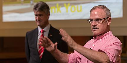 Burton Lee bei seinem gut besuchten Vortrag in der Aula der TU Graz.
