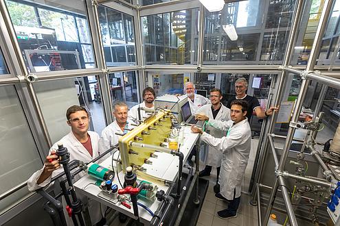 Eine Gruppe von sieben Männer, der Großteil in Labormänteln