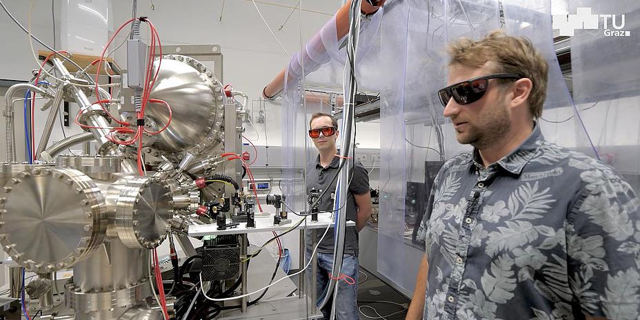Zwei Männer mit Laborgeräten im Photoelektronenmikroskopie-Labor