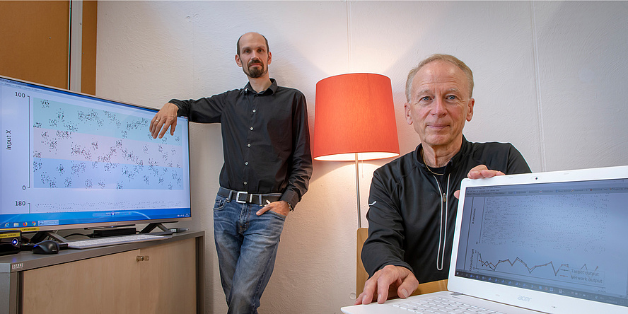 Two TU Graz researchers in front of a computer screen