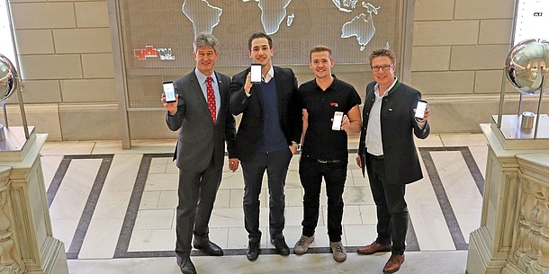 Rector Harald Kainz, Studo-Founder Julian Kainz, HTU-Chairman Georg Rudelstorfer and Vice Rector for Academic Affairs Detlef Heck show their smartphones with the Studo App.