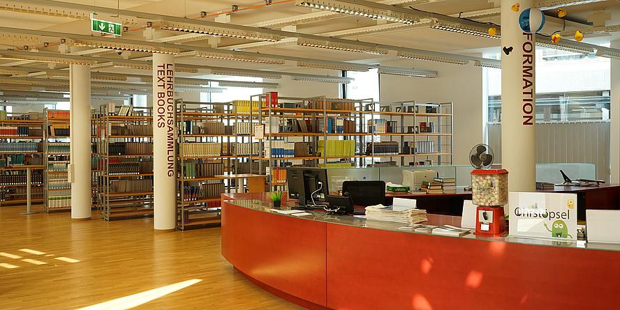 Ausleiheschalter Fachbibliothek Inffeld