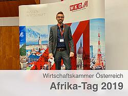 Robert Gaugl vor einem WKO Banner bei der Afrika-Tag 2019 Konferenz.