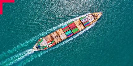 Containerschiff von oben auf hoher See