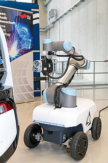 Plattform auf Rädern mit Roboterarm