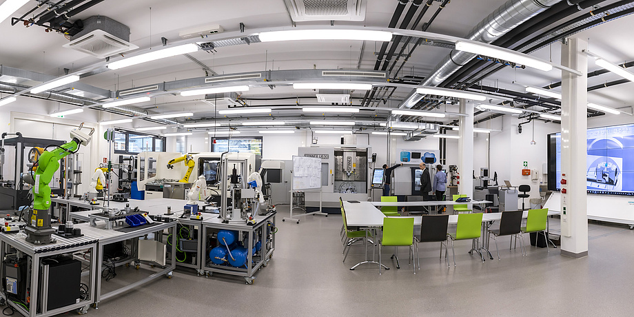 Fabrikshalle mit Roboterarmen und anderen hochmodernen Maschinen
