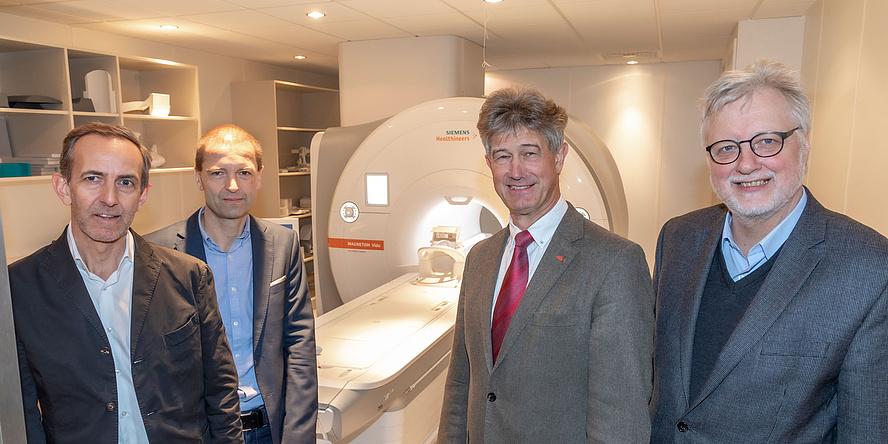 MR-Scanner und vier Herren im Anzug