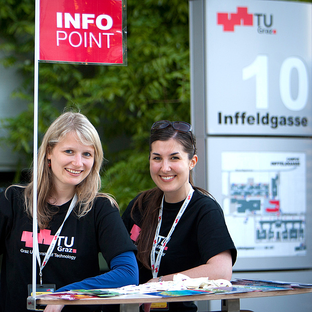 Two women at the info-point wearing a T-shirt of TU Graz. Photo source: Lunghammer - TU Graz