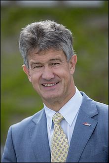 Rektor Harald Kainz im blauen Anzug mit gelber Krawatte
