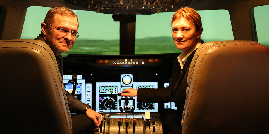 Reinhard Braunstingl and Iona Koglbauer in the cockpit of the wide-body aircraft simulator at TU Graz.