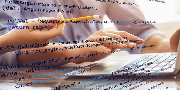 Im Hintergrund sitzt eine Person an einem Notebook. Im Vordergrund sieht man Programmierzeilen. Bildquelle: Konstantin Yuganov – Fotolia.com
