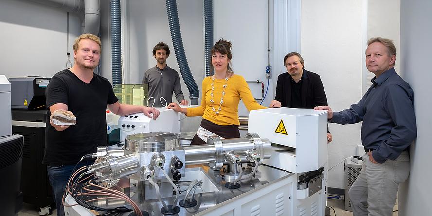 Gruppe von Tu Graz-Forschenden vor einem Massenspektrometer