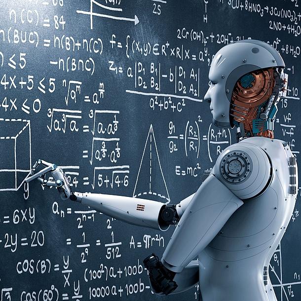 Roboter schreibt an eine Tafel