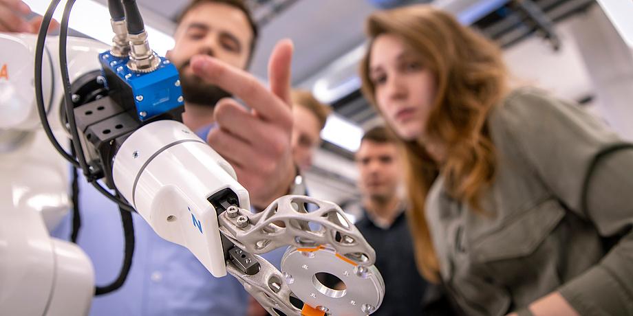 Roboterarm und Menschen
