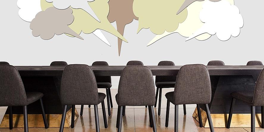 Konferenztisch mit Stühlen und Sprechblasen darüber