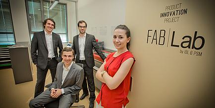 Ein Team des Product Innovation Project der TU Graz, drei Studenten und eine Studentin, vor dem FabLab der TU Graz.