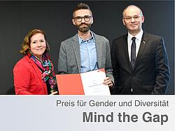 Preisträger des Mind the Gap Preises Robert Gaugl mit Urkunde in der Mitte. Links daneben Frau Barbara Herz und rechts daneben Herr Stefan Vorbach.