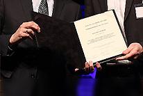 Nahaufnahme der Übergabe des Congress Graz Awards