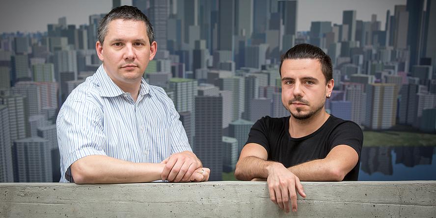 Clemens Arth und Philipp Fleck lehnen an einer Wand