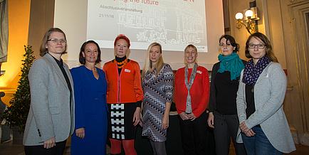 Gruppenfoto in der Aula, von links nach rechts Katrin Ellermann, Stefanie Lindstaedt, Tanja Wrodnigg, Juliane Bogner-Strauss, Annette Mütze, Maria Cecilia Poletti und Gabriele Berg, am Foto vertreten von Martina Köberl.