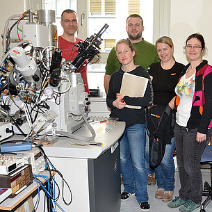 Scanning electron microscope, next to it a group of people. Photo source: Margit Wallner - TU Graz