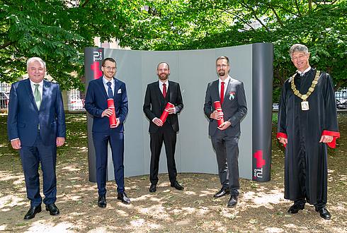 Fünf Herren im Park in Festkleidung bzw. Talar