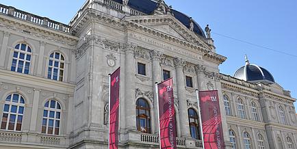 Historisches Gebäude der TU Graz in der Rechbauerstraße mit drei TU Graz Fahnen