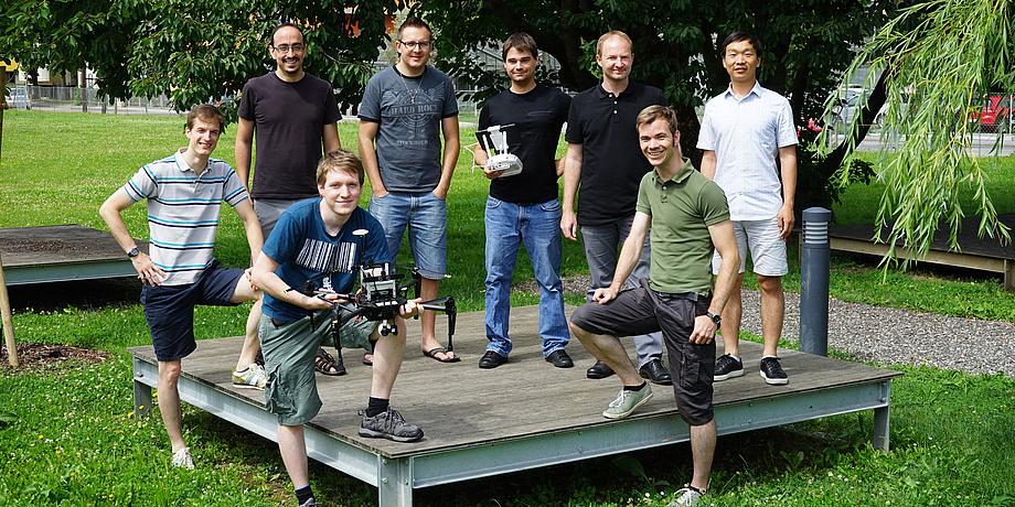 """[Translate to Englisch:] Ein Gruppenbild der """"Graz Griffins"""" mit Drohnen."""