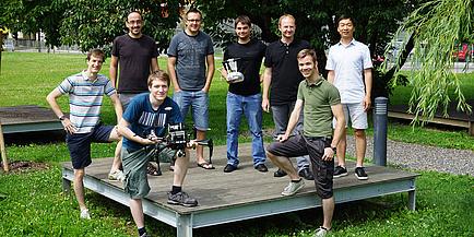 """Ein Gruppenbild der """"Graz Griffins"""" mit Drohnen."""