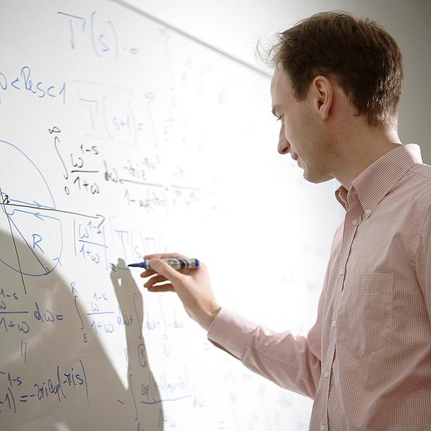 Ein Mann führt Berechnungen an einer Tafel durch. Bildquelle: Bergmann – TU Graz
