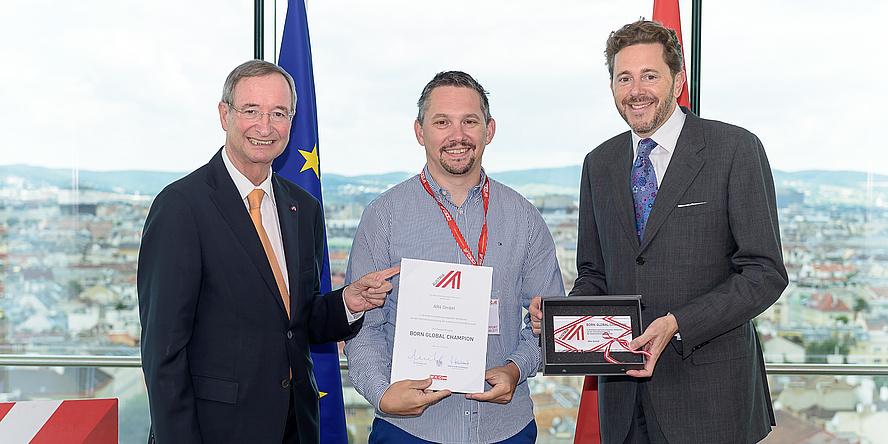 WKÖ-Präsident Christoph Leitl und Wirtschaftsminister Harald Mahrer gratulieren Clemens Arth von AR4.io.