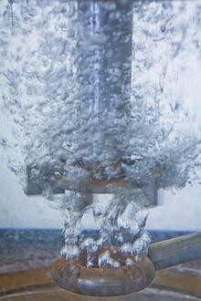 Reaktordetail, unten Luftblasen, oben Rührer