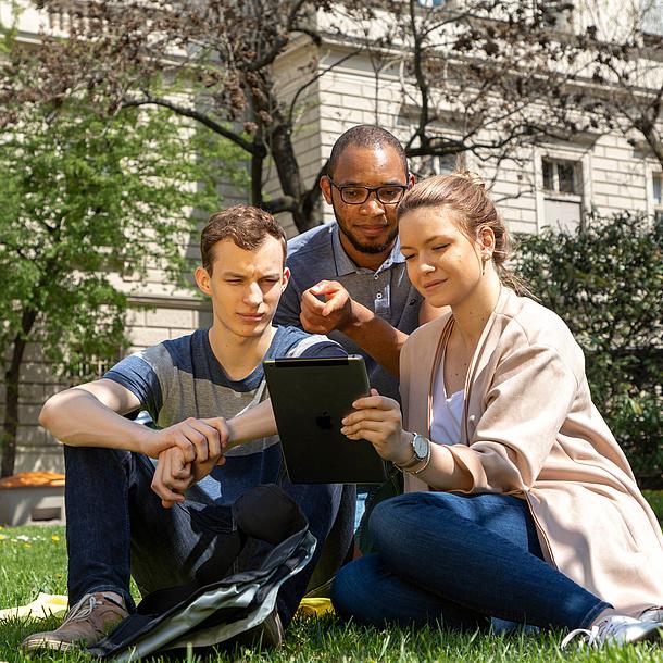 Studierende am Campus Alte Technik mit Tablet, Bildquelle: Lunghammer – TU Graz